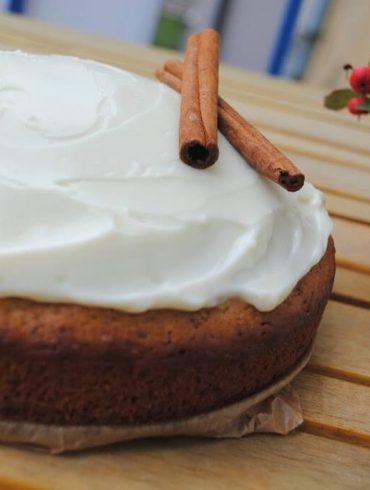 Škoricový koláč s polevou z krémového syra