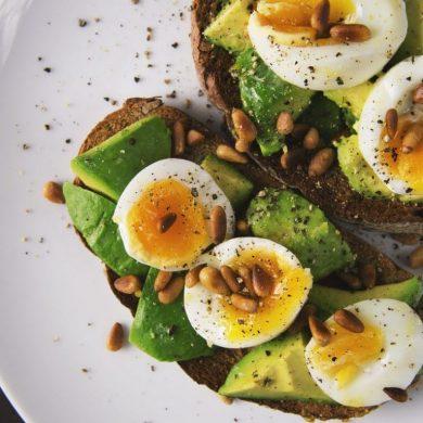Avokádós kenyér tojással és sült napraforgómaggal