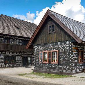 Știți de ce sunt pictate căsuțele din Čičmany