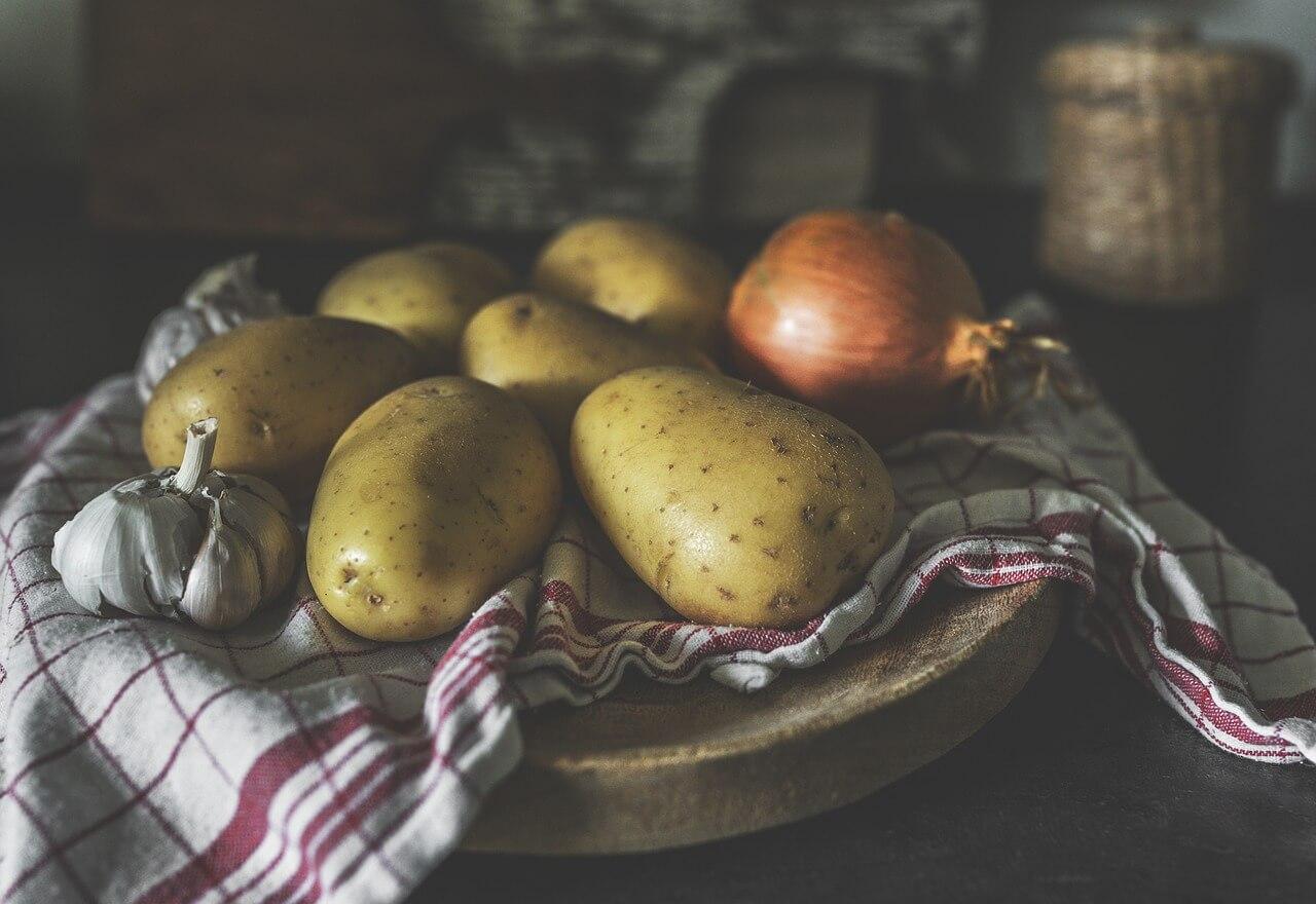 Rozhodne neodporúčame skladovať zemiaky vo vreciach