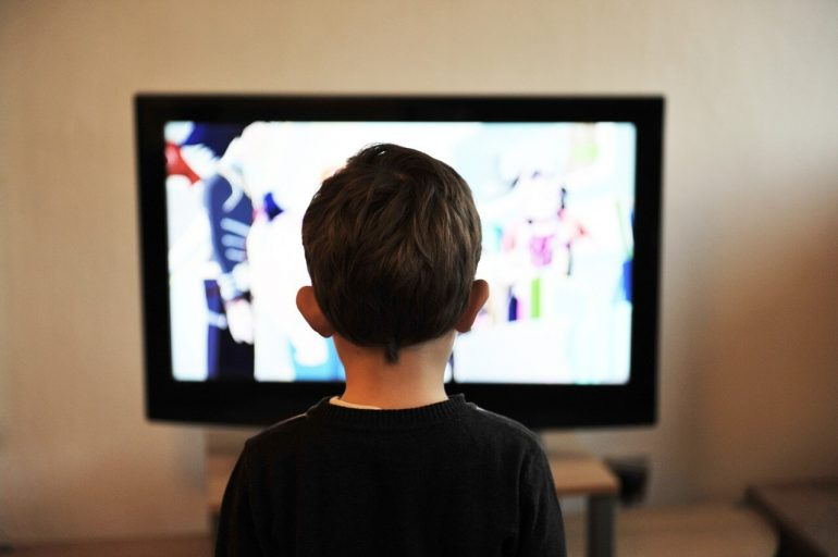 Sleduje vaše dieťa pričasto televízor?