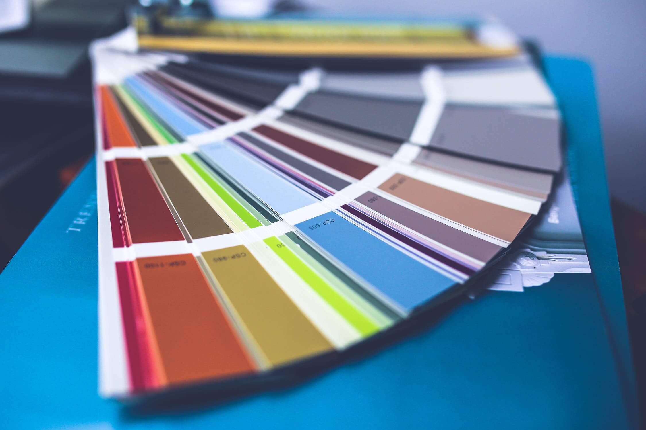 Experti na farby z inštitútu Pantone vyberajú favoritku celé mesiace