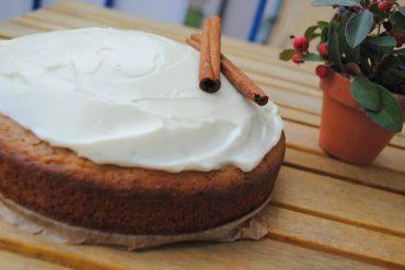 Zimný koláč z jabĺk so zasneženou čiapočkou