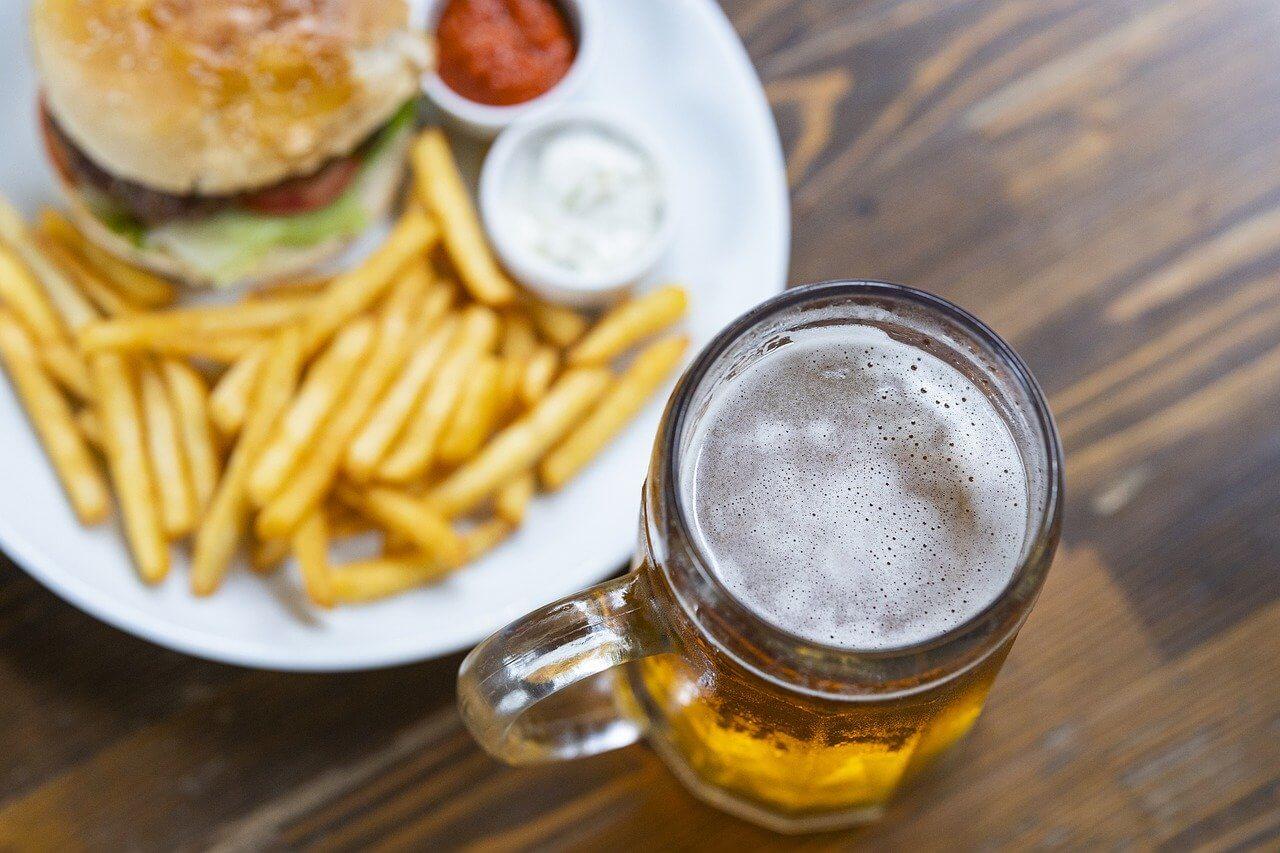 Alkohol zvyšuje aj apetít