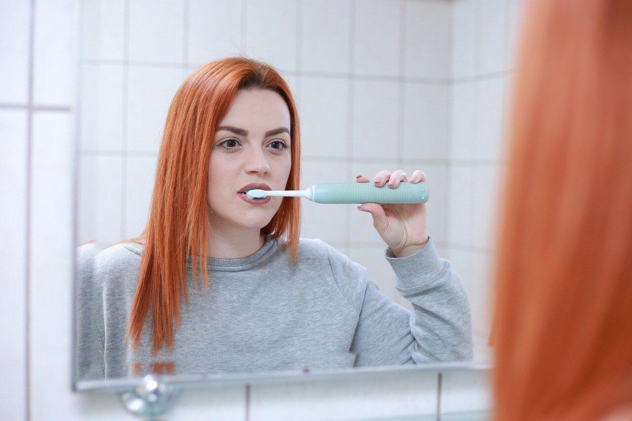 umývanie zubov pri pustenej vode - zlozvyk