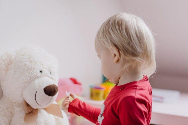 Ako naučiť dieťa, aby hralo samostatne