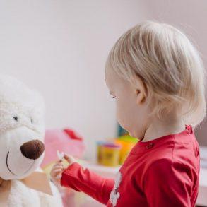 Cum să învățați copilul să se joace singur