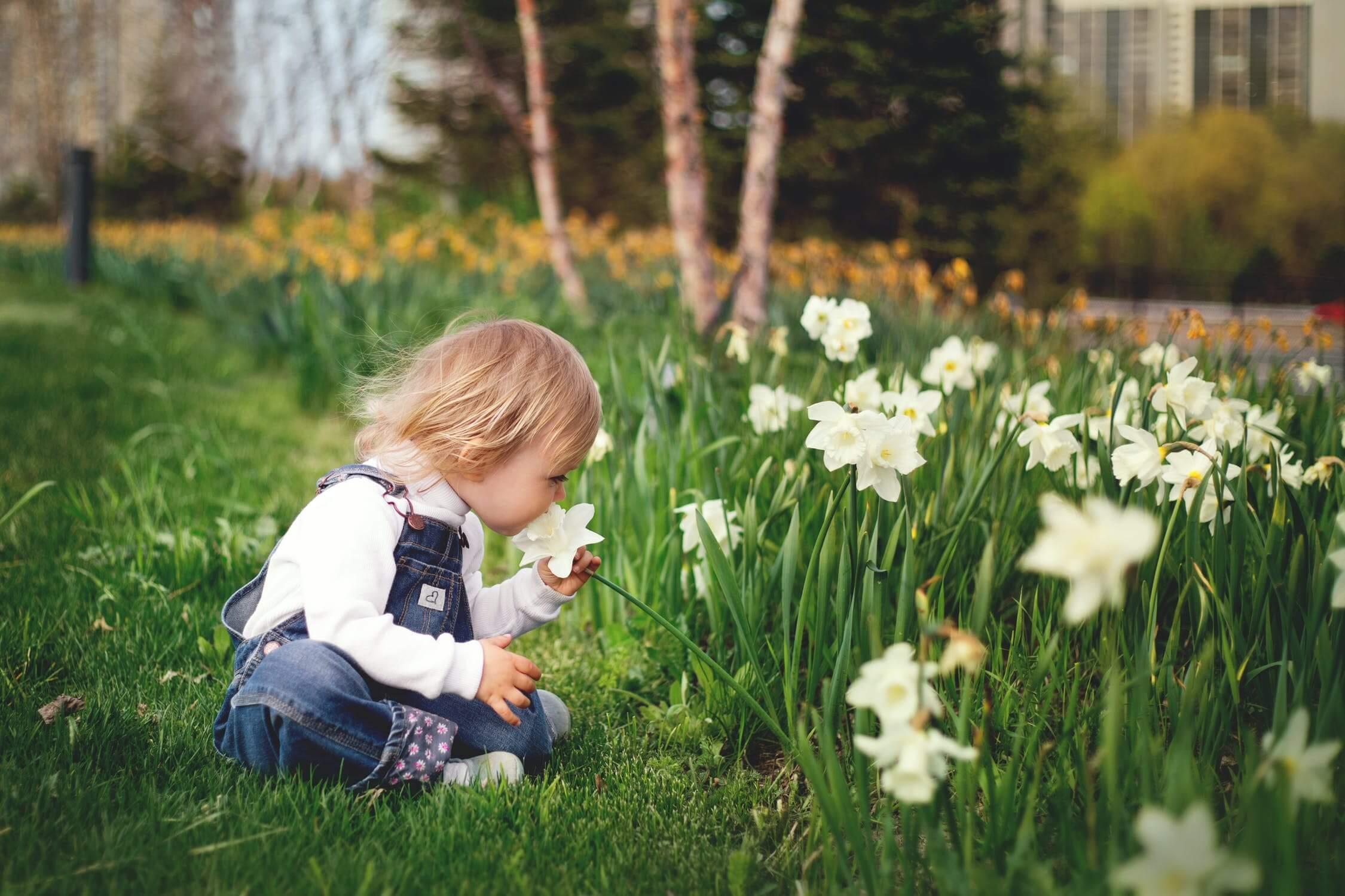 Deti od troch rokov môžete zabávať zbieraním kamienkov a viazaním kytičiek
