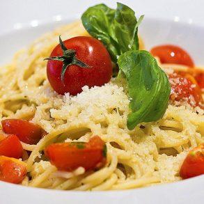 Bleskové špagety, jablkové palacinky, rascová polievka s vajíčkom