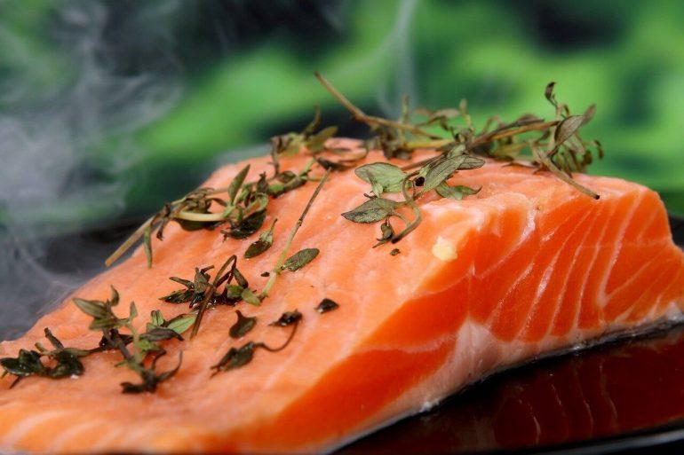 Grilovaný losos s bazalkovým pestom