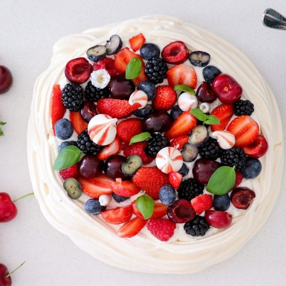 Pavlova torta bogyós gyümölcsökkel