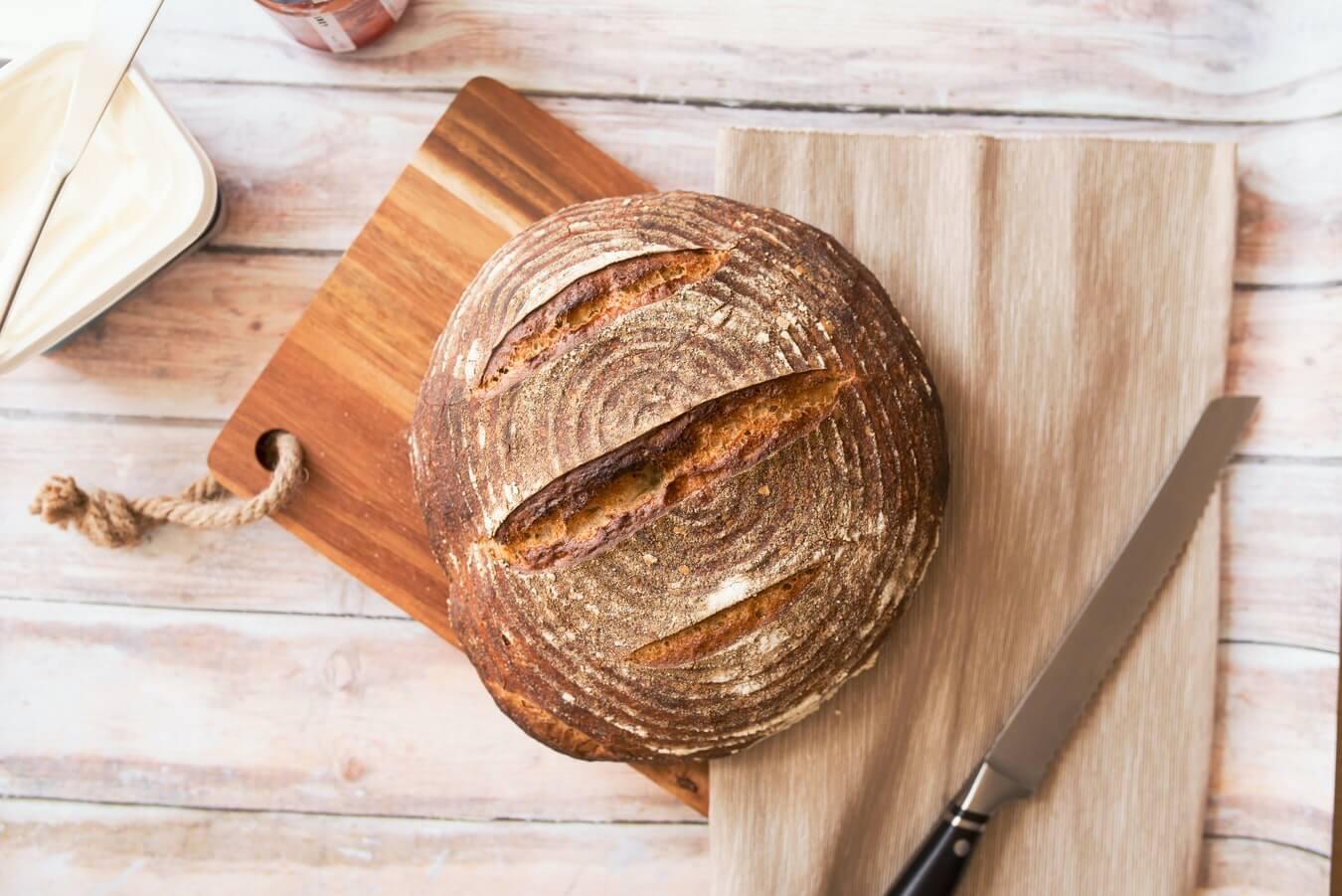 Sült kenyér füstölt sajttal és lekvárral