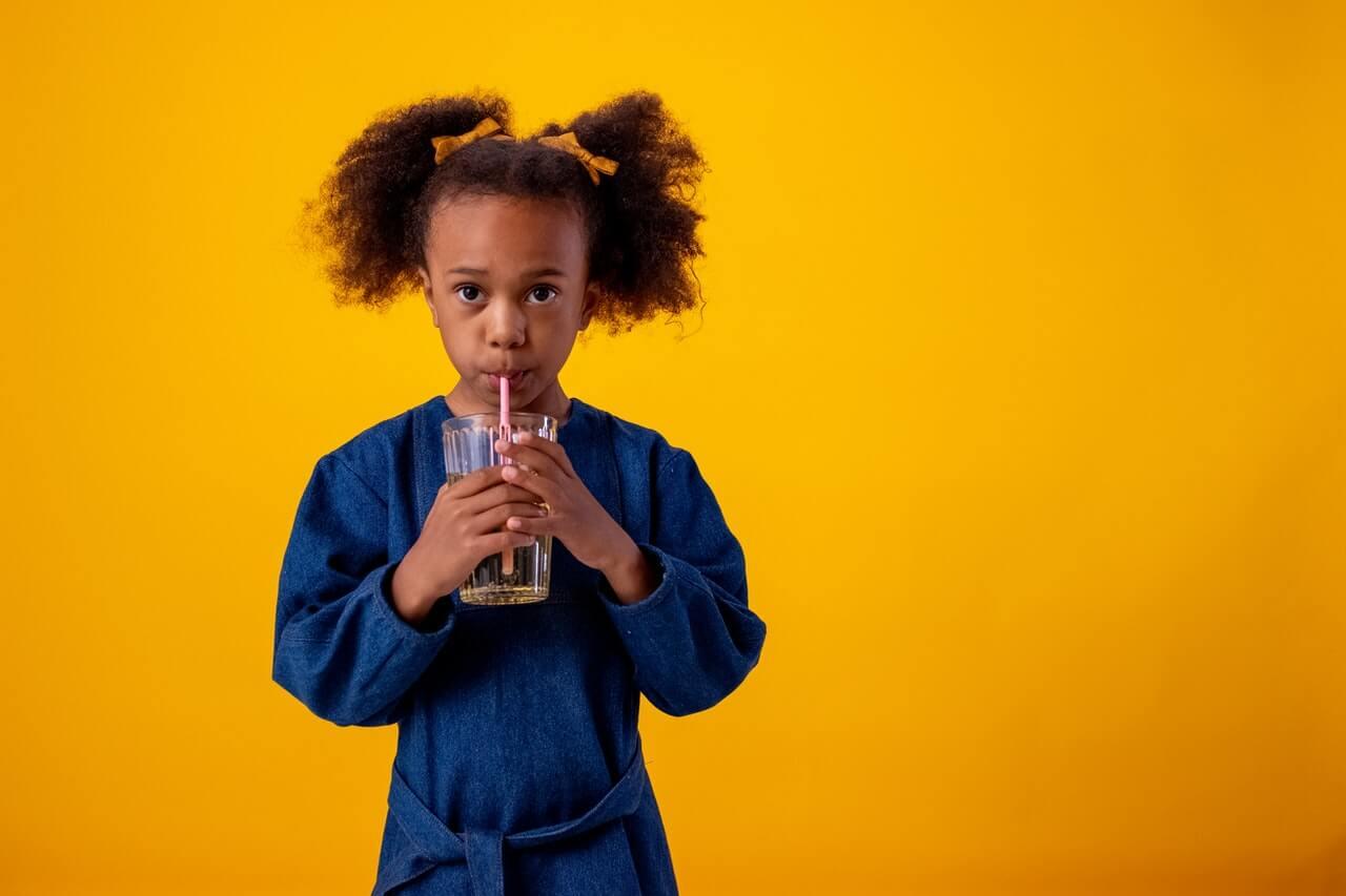 Ak dieťaťu ponúknete pitie so slamkou