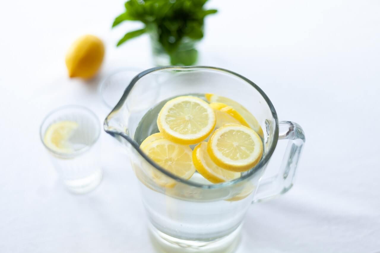 Dbať na pitný režim by sme však nemali prestať, doprajte si kyslú vodu.