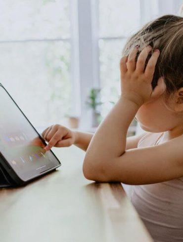 Copilul petrece prea mult timp la calculator sau telefon?