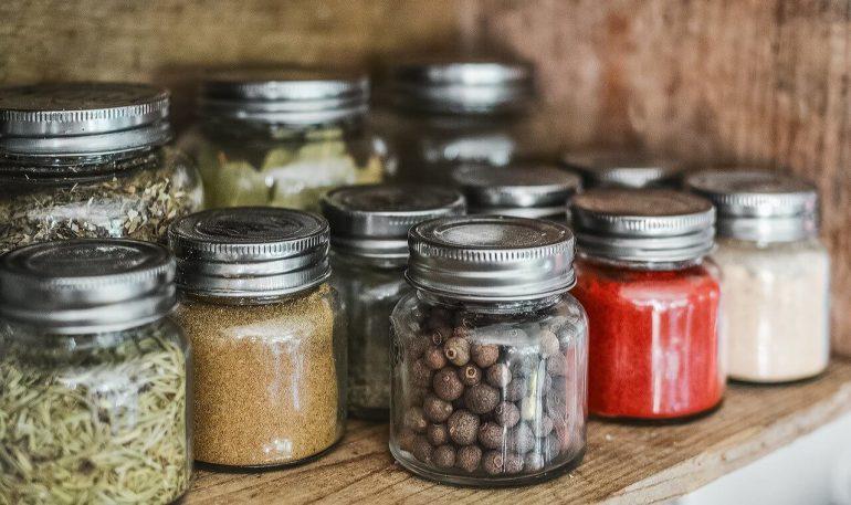 Sklené dózy sú pre domácnosť i prírodu lepšie ako plastové