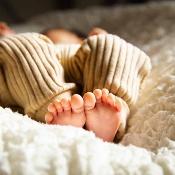 Budí sa vaše dieťa krátko po uložení do postele