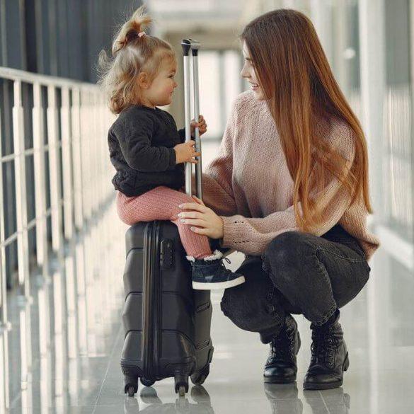 Ce să ai în bagaj atunci când călătorești cu cel mic