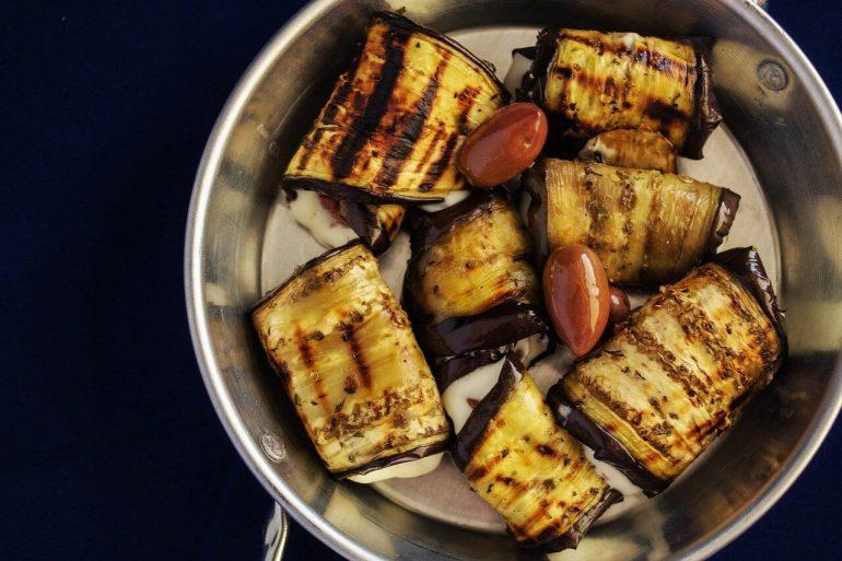 Baklažánové rolky s plnkou z quinoy a zeleniny