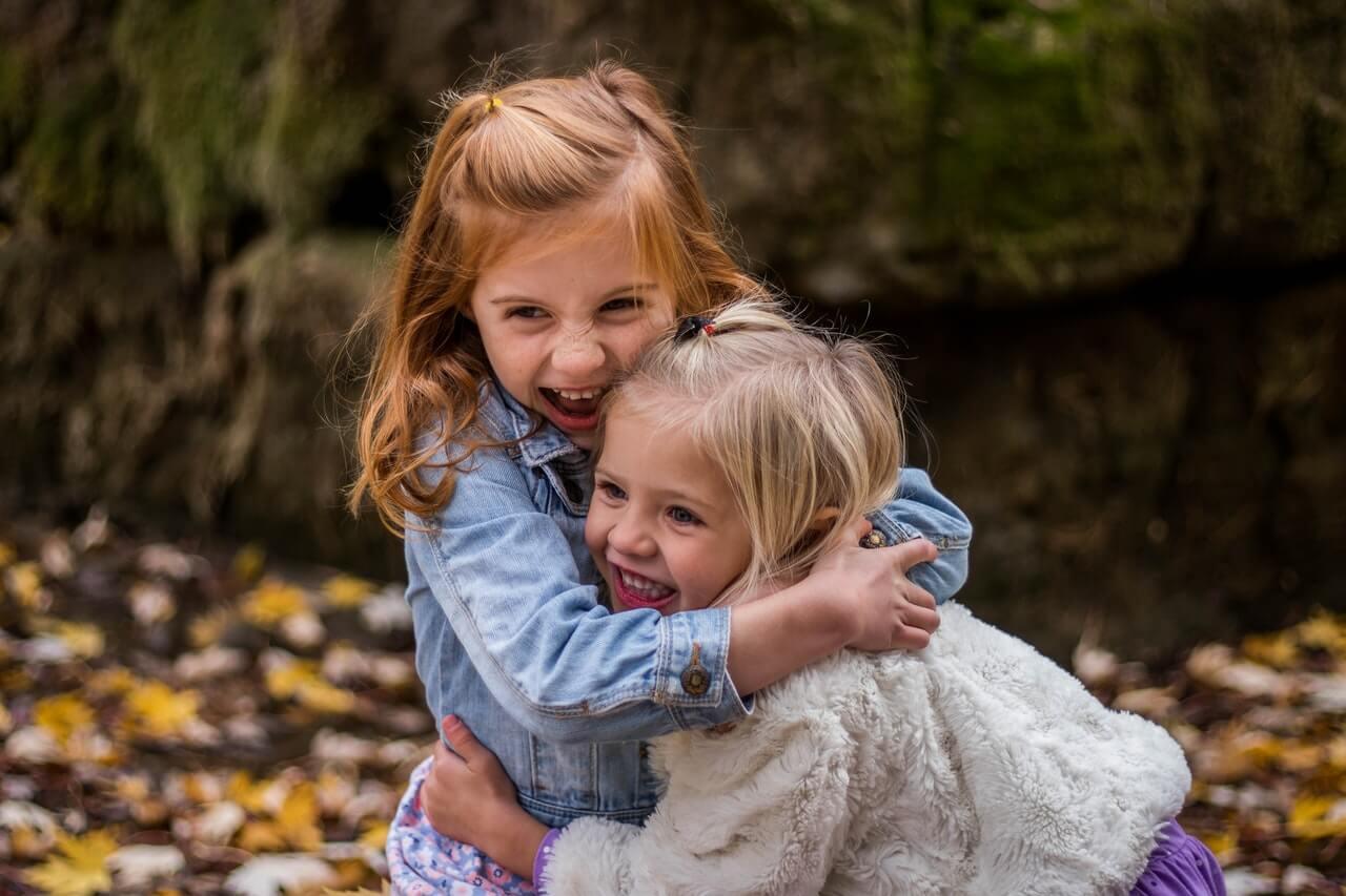 Dieťa nabodúda životnú istotu cez lásku, blízkosť, pohladenia.