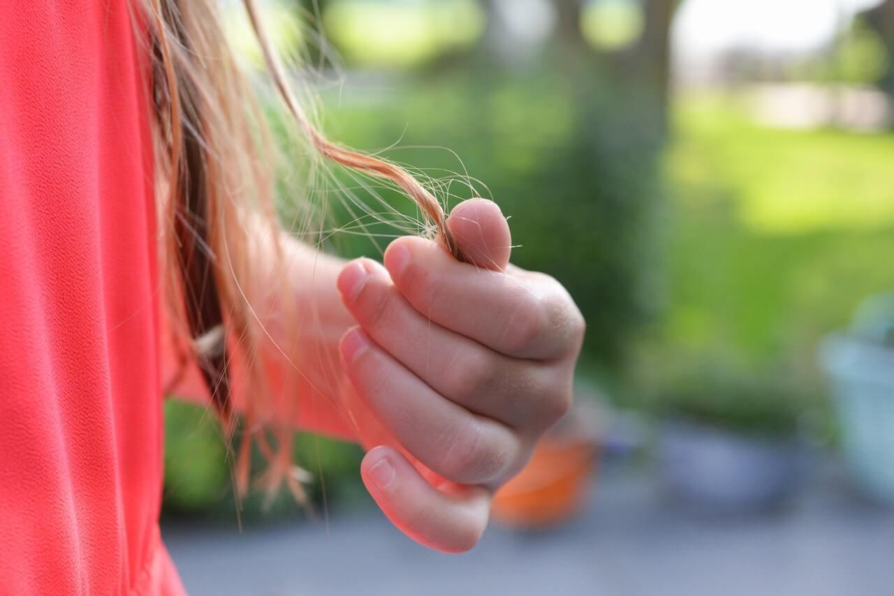 Je prirodzené, že vlasy na jeseň padajú.